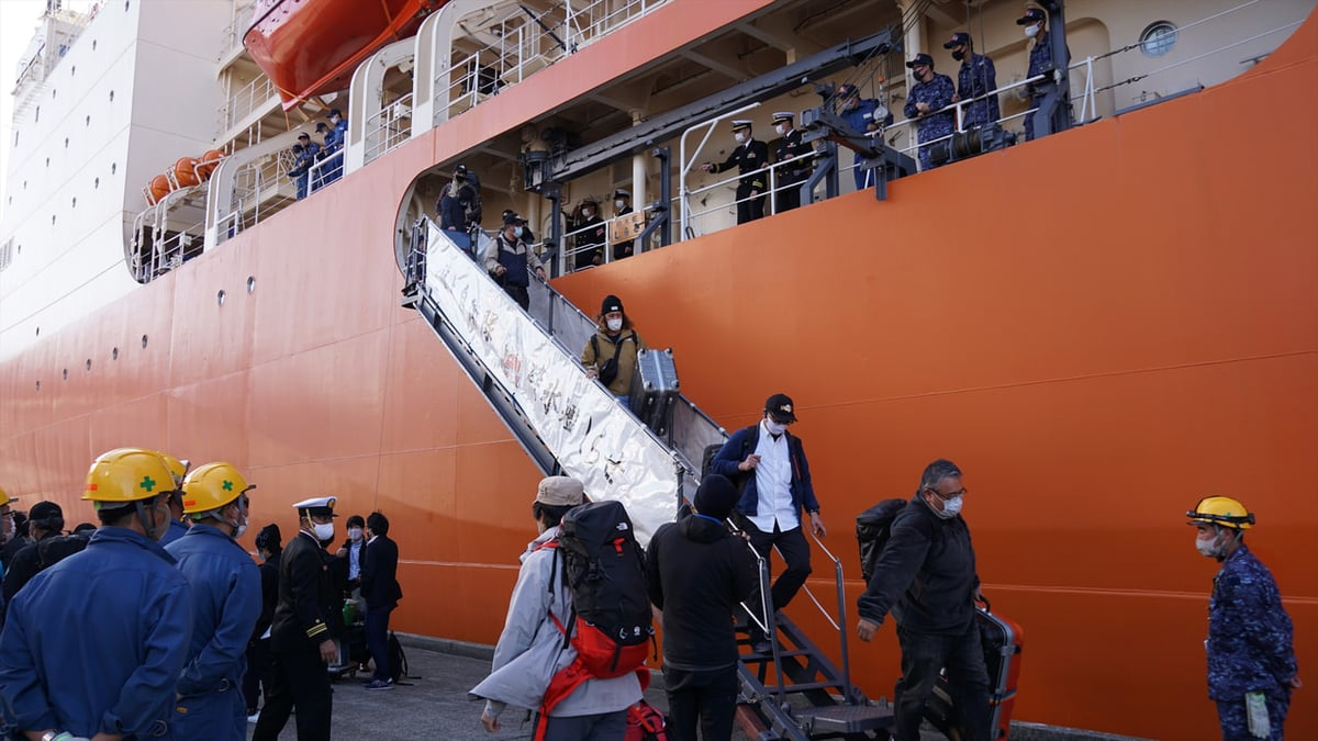 下船する観測隊員