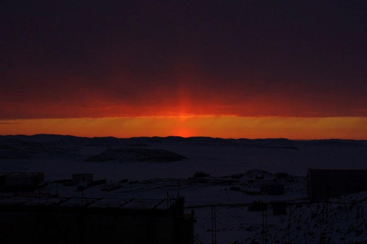 太陽柱と、紅く染まる空